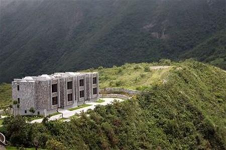 Отель в кратере потухшего вулкана. Фото