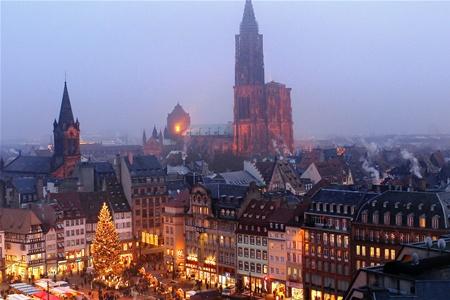 Знаменитая рождественская ярмарка открывается в Страсбурге