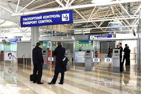 В аэропортах России пассажиров обслуживает виртуальный пограничник