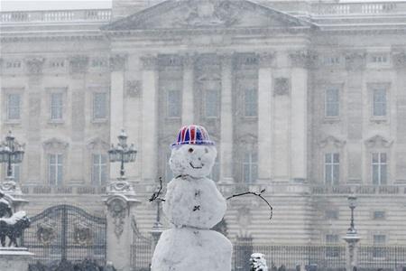Британцы лепят снеговиков, спасая страну от наводнения