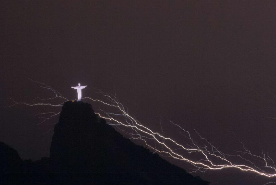 Молния отколола палец на руке статуи Христа в Бразилии