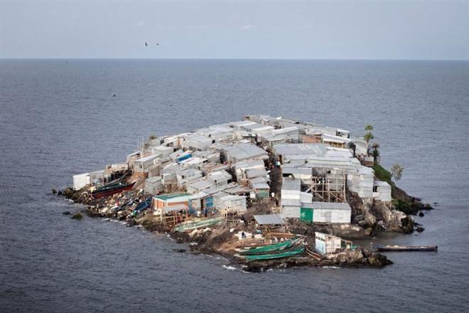 Остров, где не найдется места для туристов: самое густонаселенное поселение в мире