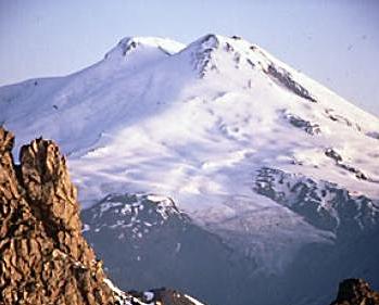 Спасатели обнаружили живыми альпинистов, сорвавшихся при спуске с Эльбруса