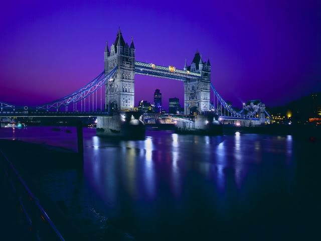 В Лондоне произошло столкновения прогулочного кораблика с Тауэрским мостом