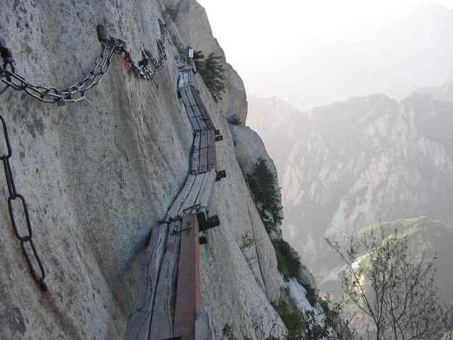 В китайской провинции Шэньси на горе Хуашань находится самая опасная тропа в мире