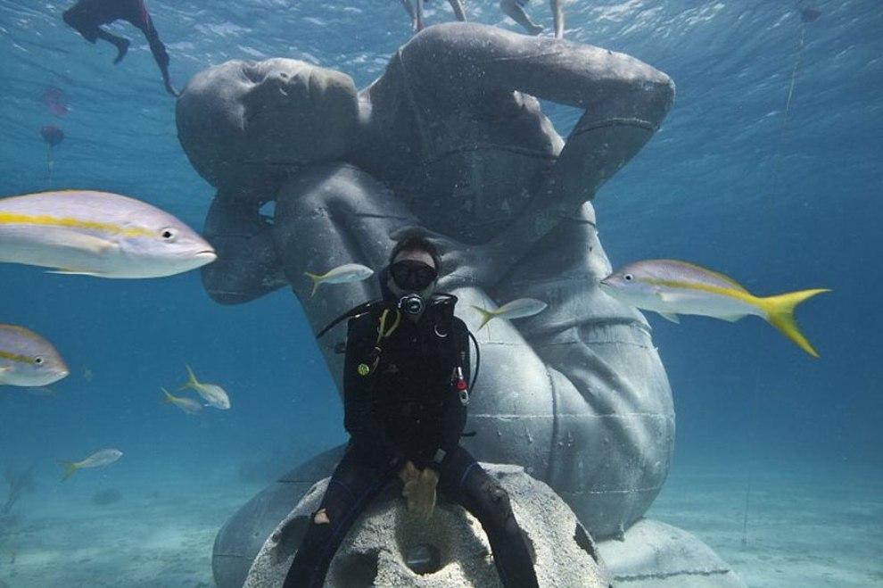 Для привлечение туристов, Багамы установили на дне океана гигантскую скульптуру девушки