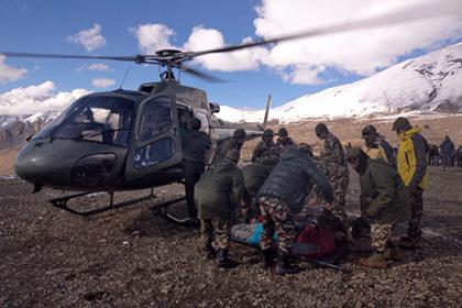 В Непале в горах снежной лавиной заблокированы двое россиян