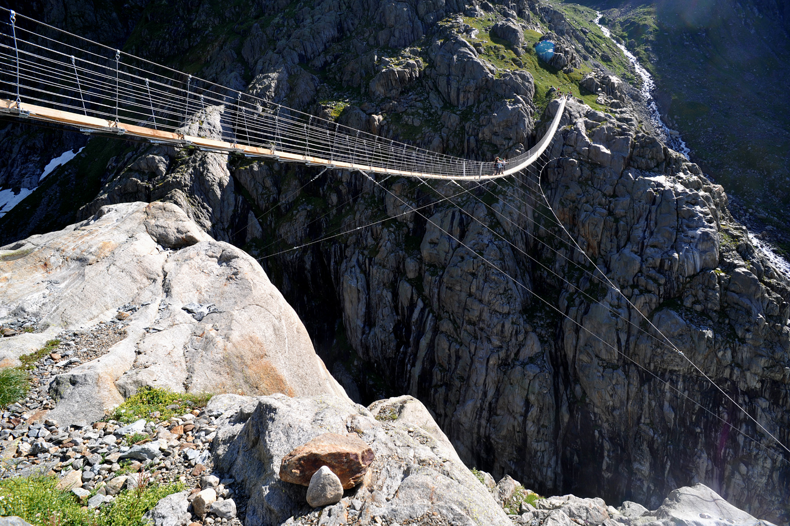 В швейцарских Альпах открылся первый в мире подвесной мост, соединяющий две горные вершины