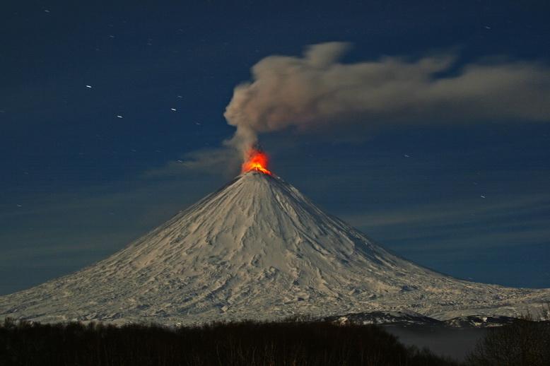Вулкан Ключевской, выбросил столб пепла на высоту до 5,5 км над уровнем моря