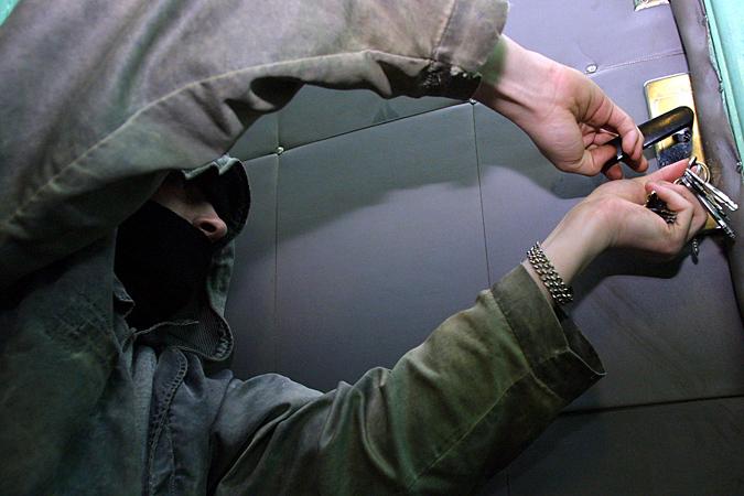 Как защитить квартиру от грабителей в период отпусков