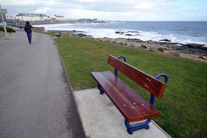 Власти валлийского города Порткол подверглись критике за «первую в Великобритании скамейку для селфи»