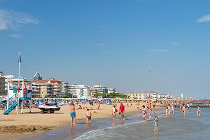 Туристы на пляжах итальянского курорта Езоло получат компенсацию в случае, если дождь помешает им принимать солнечные ванны