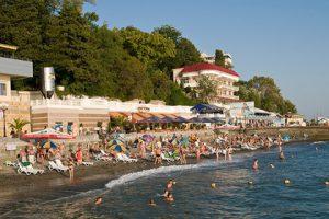 Жители Сочи потребовали отменить запрет на ночные купания в городе