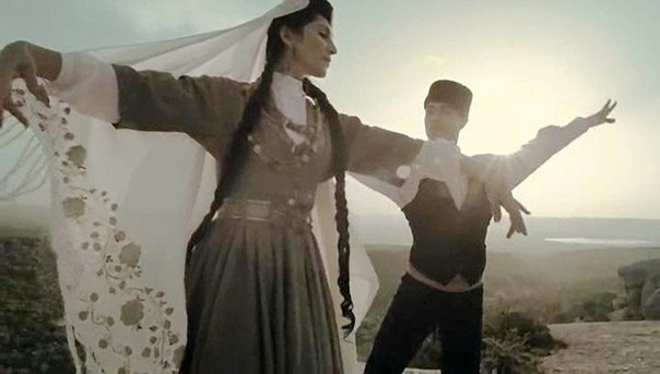 Китайских туристов обучили крымско-татарскому народному танцу Хайтарма