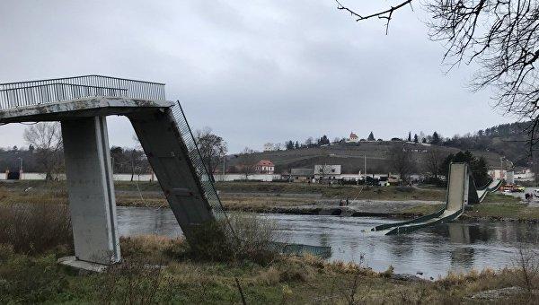 В Праге обрушился пешеходный мост через Влтаву