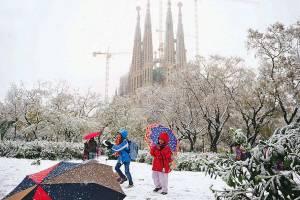 Европу продолжает заливать дождем и засыпать снегом