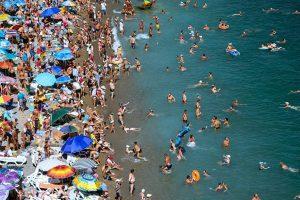 Опрос показал, чем российские курортники раздражают местных жителей