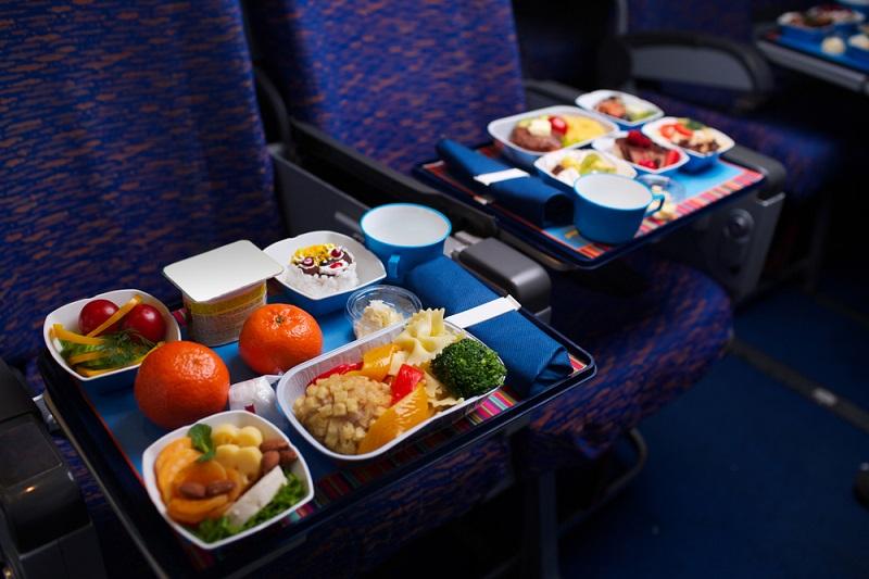 Стали известны любимые блюда и напитки россиян во время полета