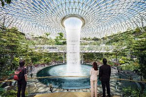 В аэропорту Сингапура открылся высочайший в мире крытый водопад