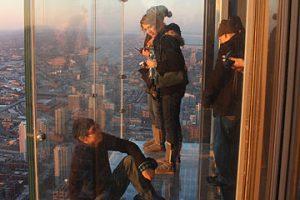 В Чикаго под ногами туристов лопнул стеклянный пол аттракциона