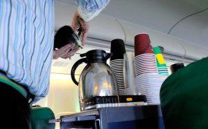 Никогда не просите чай или кофе в самолете спустя час после разноса еды