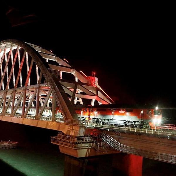 Пассажирский поезд впервые пересек Крымский мост