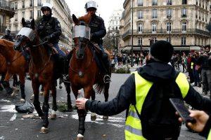 Лучше не ездить во Францию в декабре. Города парализуют забастовки