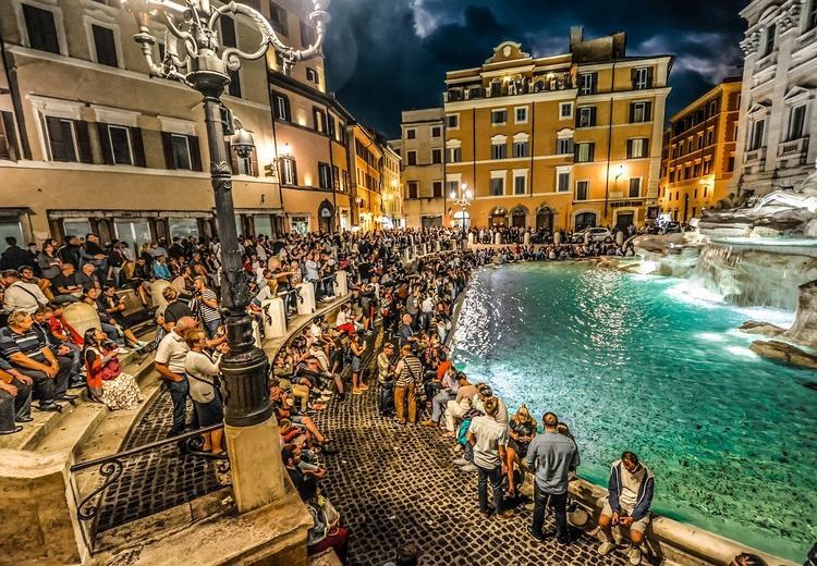 Как будет выглядеть самый знаменитый фонтан Рима через забор?