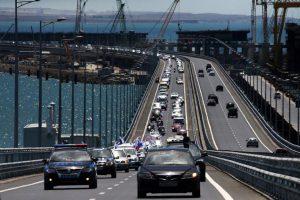Власти Крыма режут по живому, но закрыть Крымский мост от россиян не могут