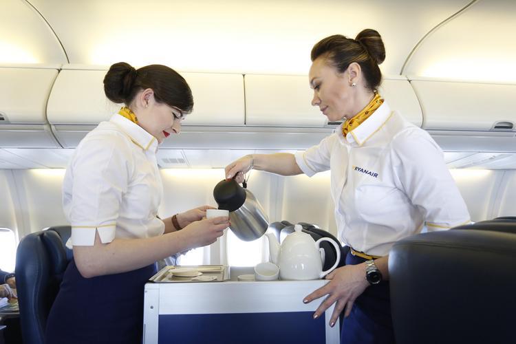 Какие напитки лучше предпочесть в самолете, куда бы вы ни летели?