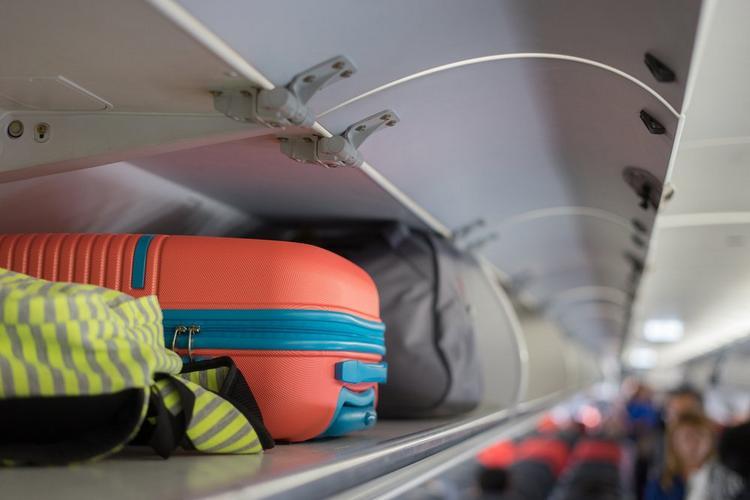 В Италии запретили пользоваться багажными полками в самолетах. Куда теперь девать ручную кладь?