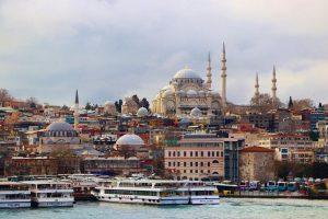 Турция ввела жесткую изоляцию для жителей страны, но туристов это не касается
