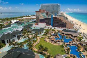 Власти не хотят закрывать Канкун и другие популярные курорты на карантин