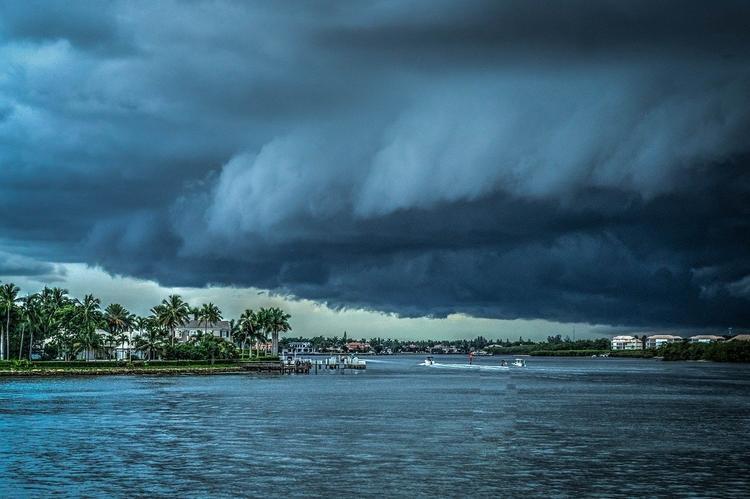 В Мексике из-за обрушившегося урагана пришлось эвакуировать туристов и отменить авиарейсы